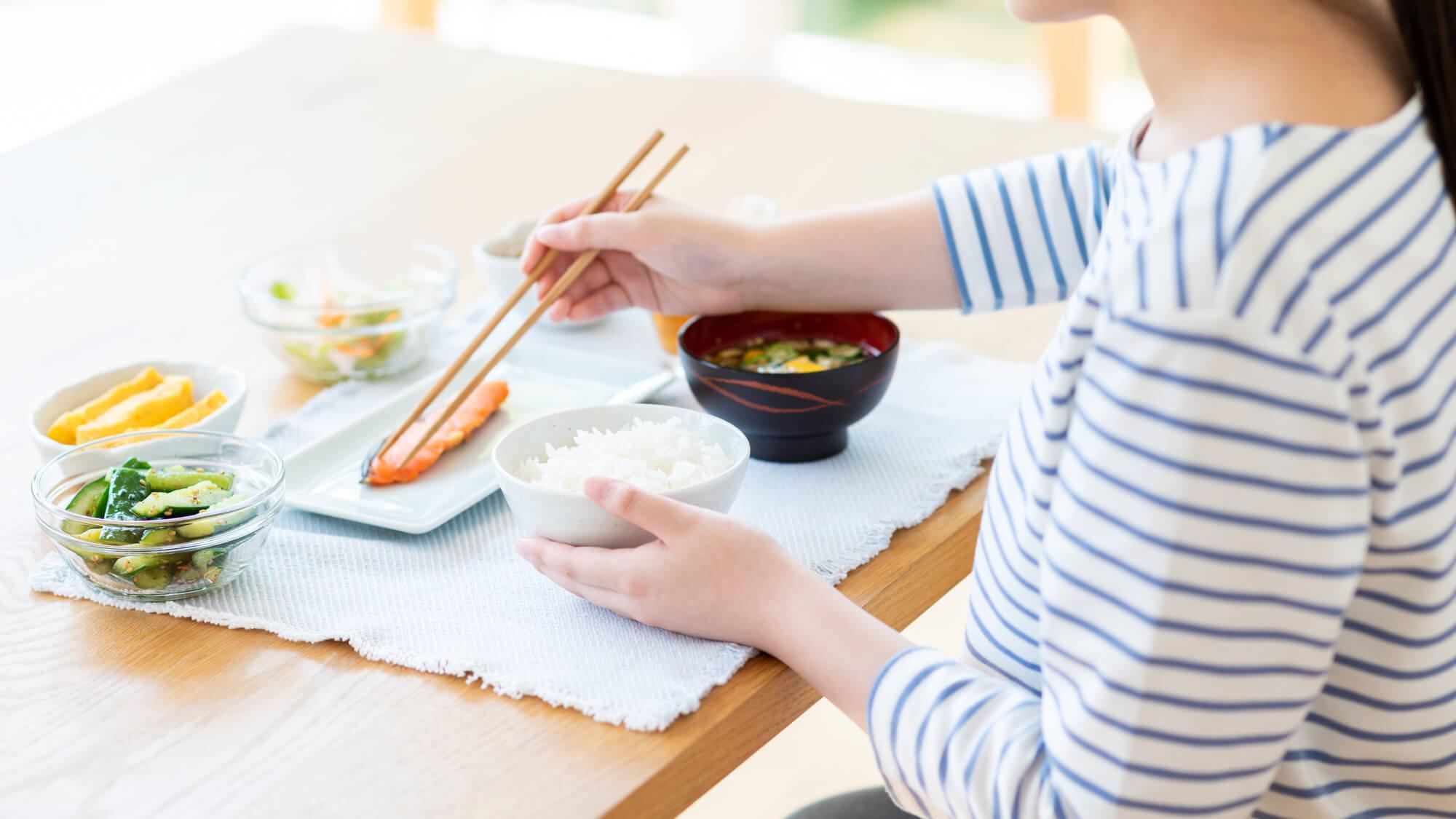 家での食事のイメージ画像