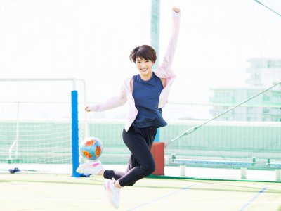 いつまでもサッカーボールが似合う女優でいたい。眞嶋優が着る「ずっとカットUV」