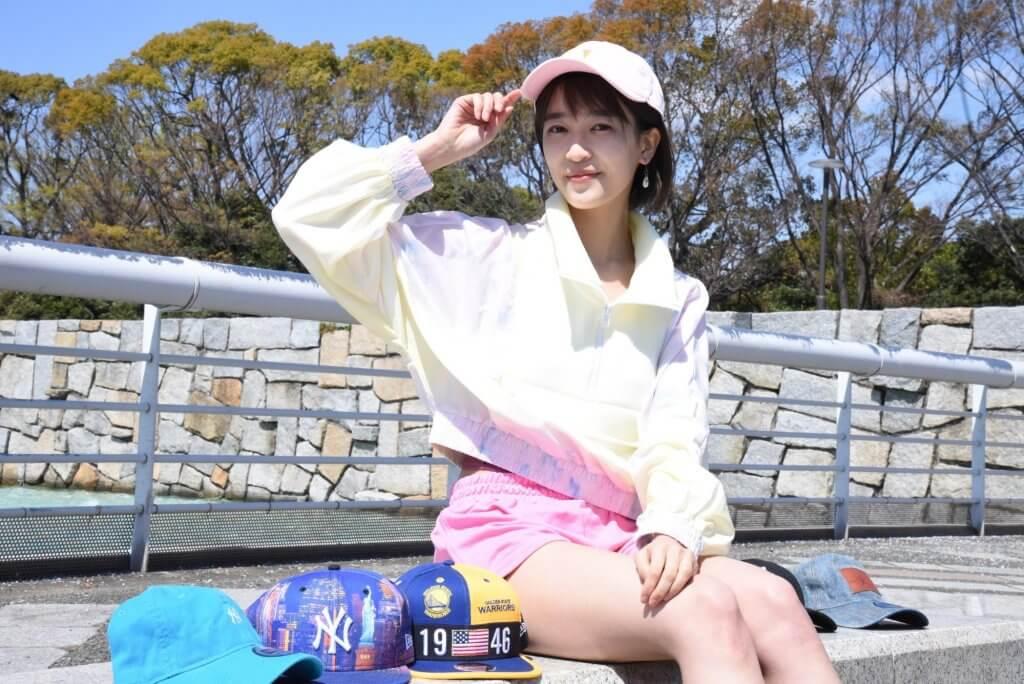 愛用のキャップ・NEW ERA(ニューエラ)をかぶった眞嶋優さんの写真