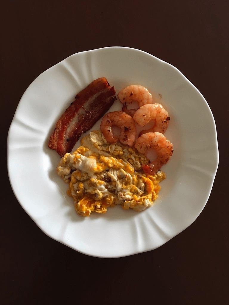 ベーコン・スクランブルエッグ・エビバターの料理画像