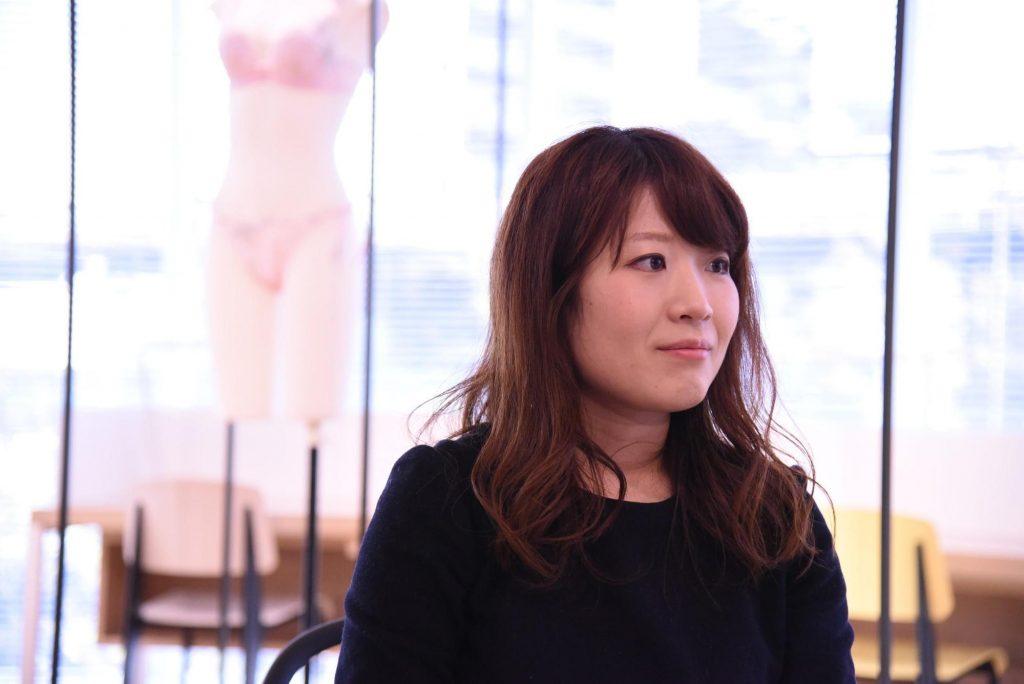 インタビュー中の竹波祥代さんの写真