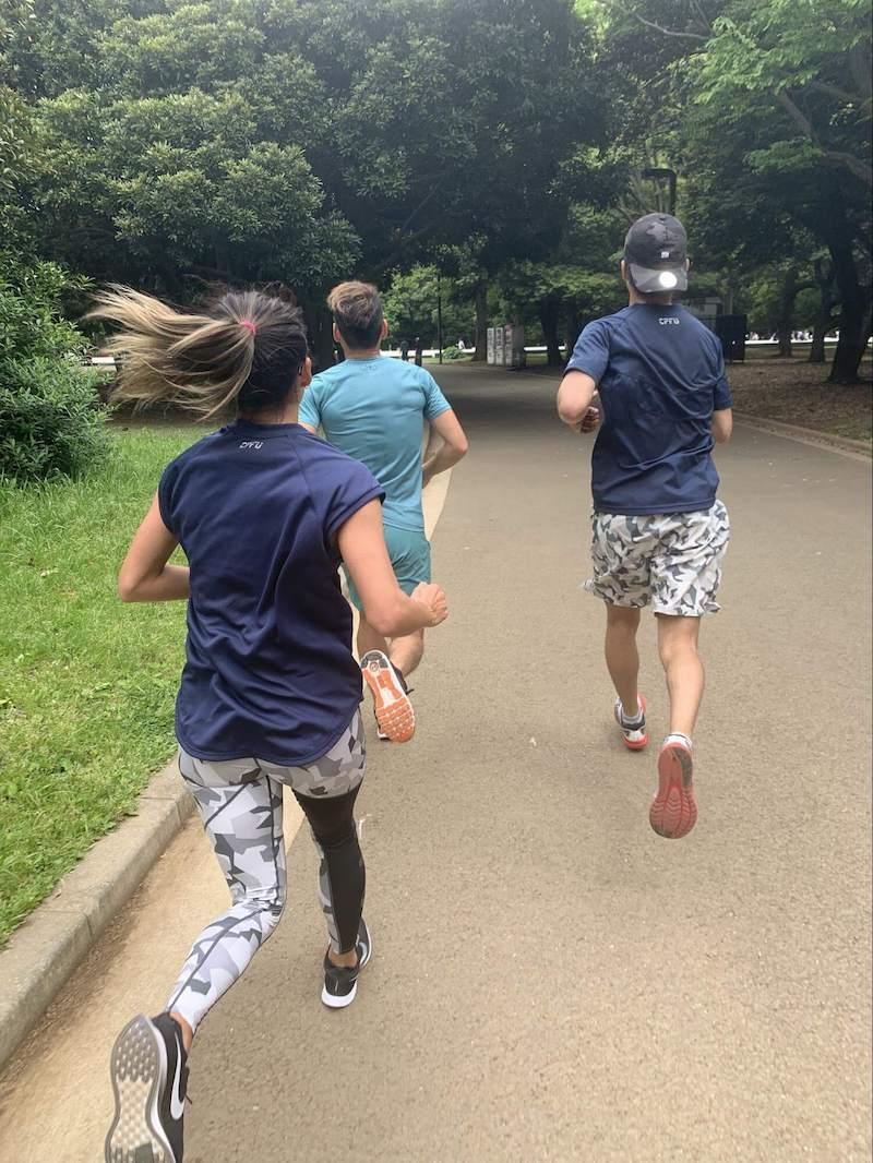 佐野千晃さんが走っている写真