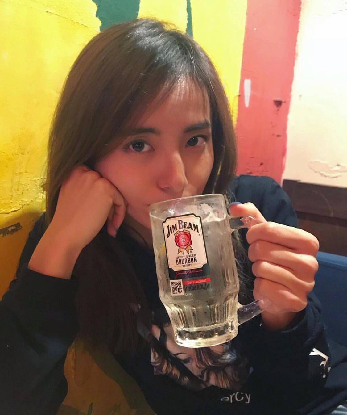 佐野千晃さんがお酒を飲んでいる写真