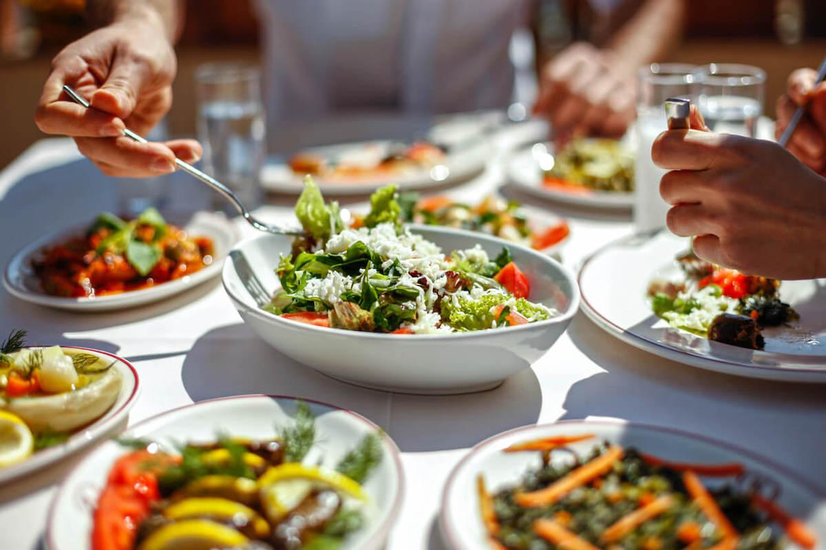 サラダを取り分けるイメージ写真