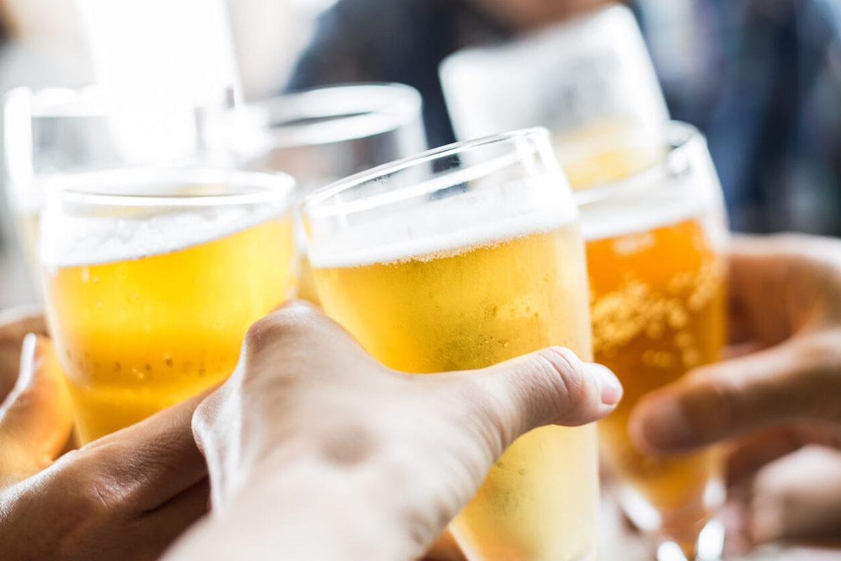 ビールで乾杯しているイメージ写真