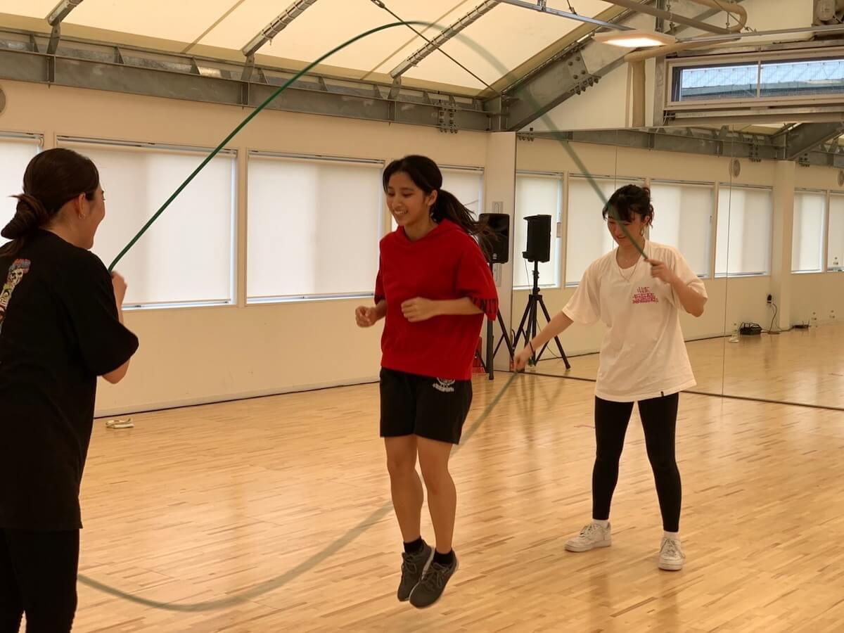 サーカー壽梨がダブルダッチに挑戦している様子の写真