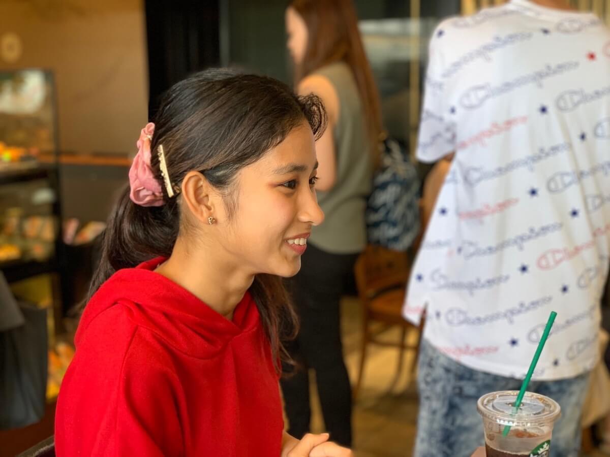 インタビュー中のサーカー壽梨の写真