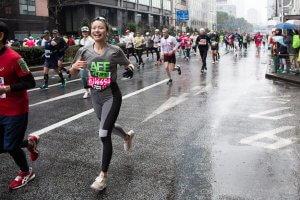 東京マラソンで走る吉田麻衣子さんの写真(松平伊織さん撮影)