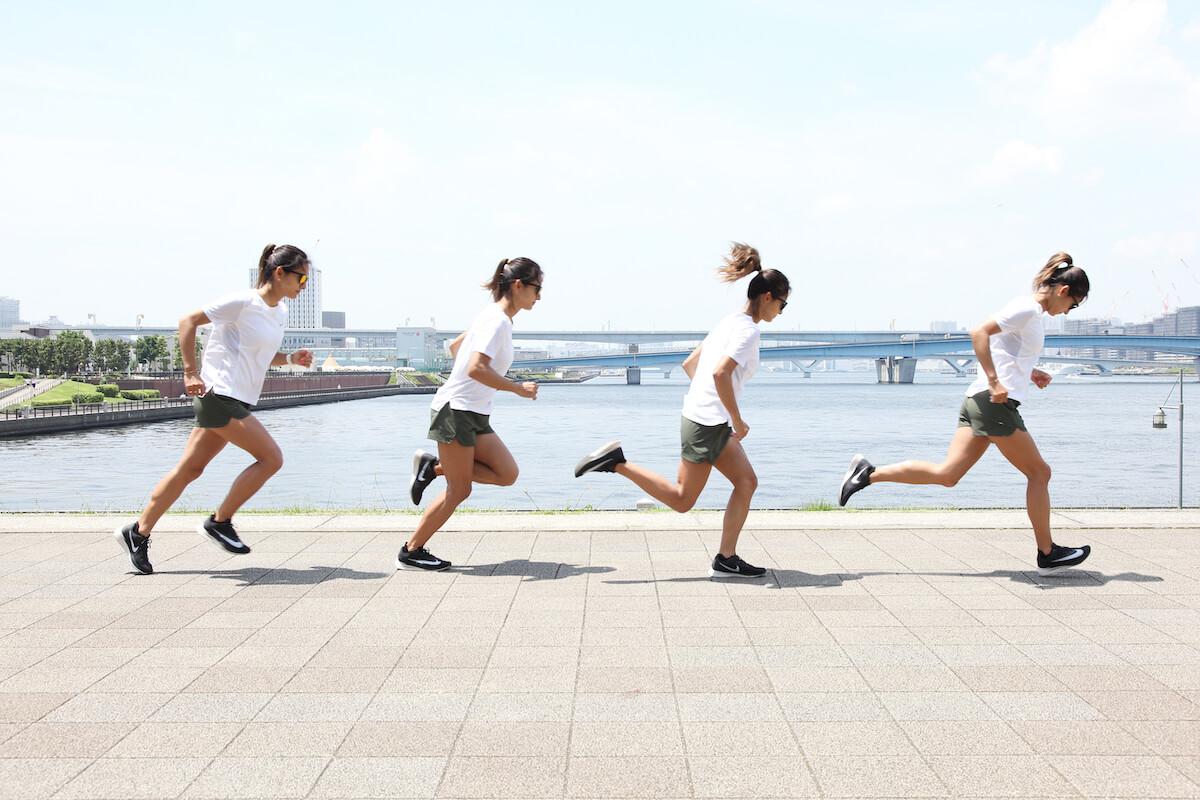 佐野千晃さんが前傾したランニングフォームを説明する写真