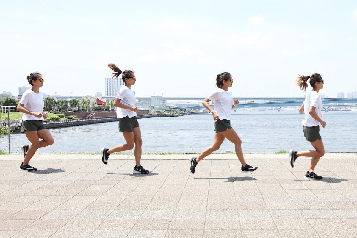 佐野千晃さんが後傾したランニングフォームを説明する写真