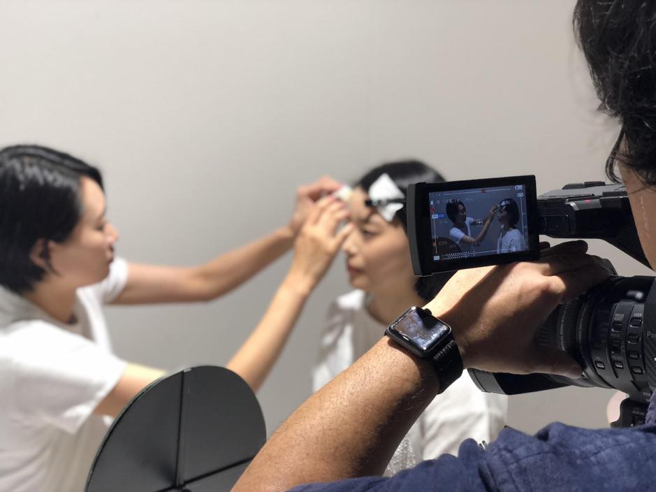 女性アスリートにメイクをする花田真寿美さんの写真