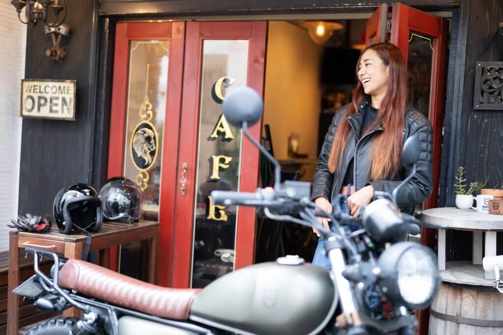 Lussoカフェで笑顔で話すGaruchanとバイク