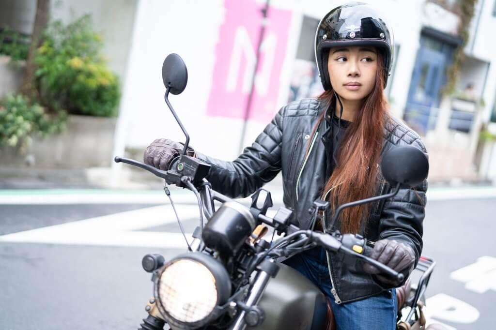 ヘルメットをして信号待ちをするGaruchan