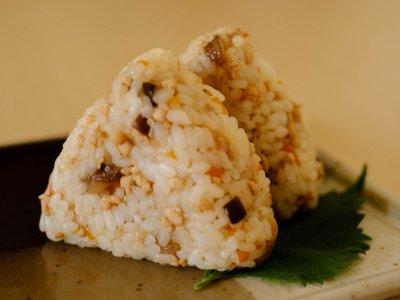 鶏ひきニンジン椎茸おにぎりーさくっとトレご飯・まるっと栄養補給編ー