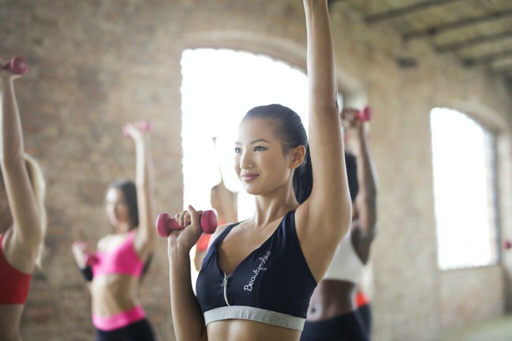 トレーニングをする女性の写真