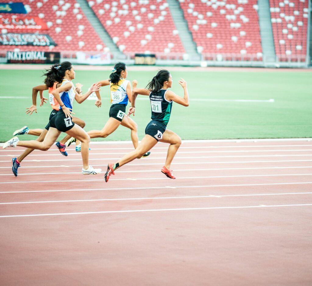 スポーツをする女性の写真