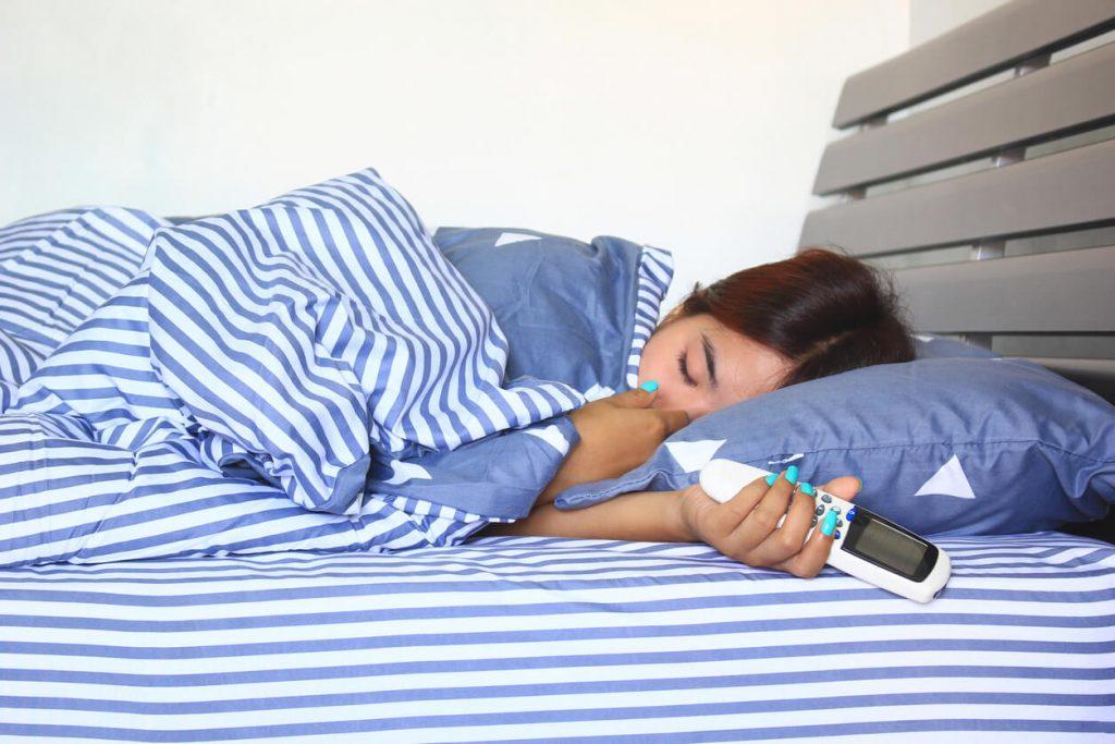 就寝中の女性の写真