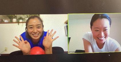 伊藤華英さんと花田真寿美さんのオンラインピラティスレッスンの様子